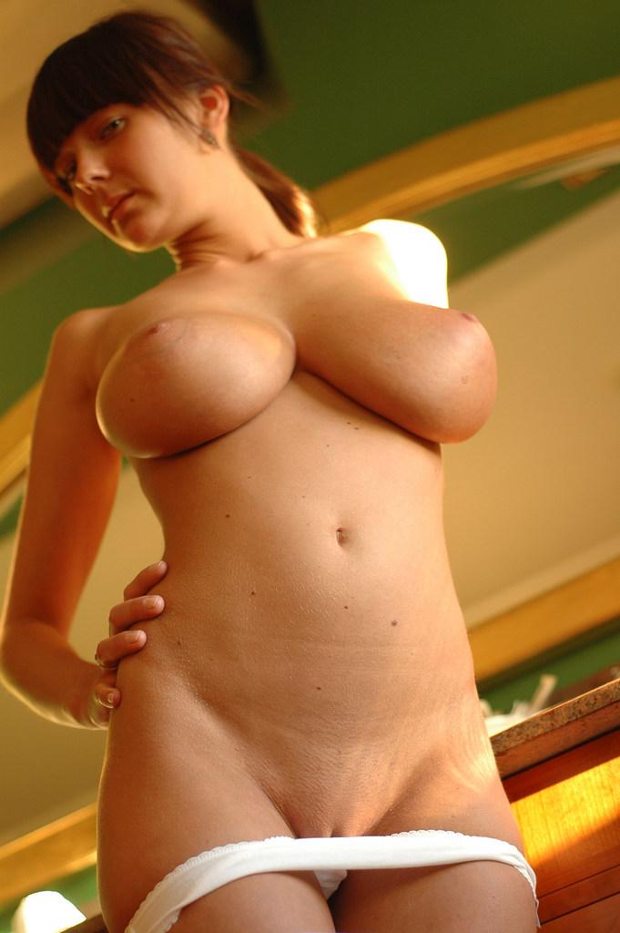Kelly Madison se desnuda y nos ensea sus buenos pechos