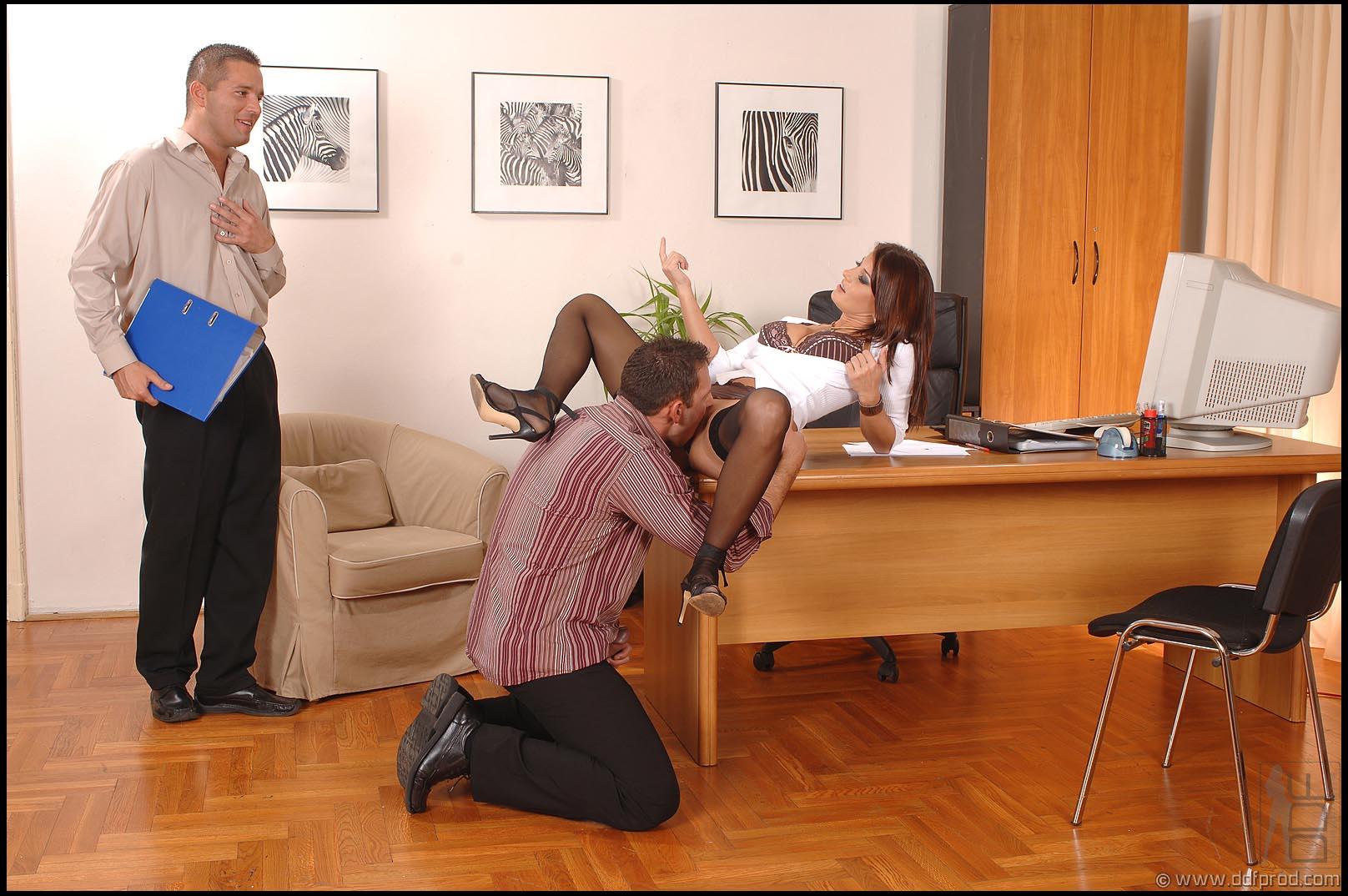 Фото начальница в юбке и чулках 4 фотография