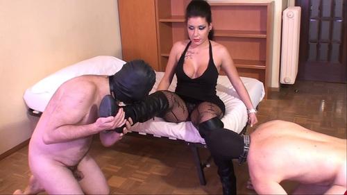 было похоже порно видео рабыня вылизывает сапоги своей госпоже было