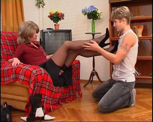 Он делает всё что она прикажет: хоть переодеться в женскую одежду, хоть лас