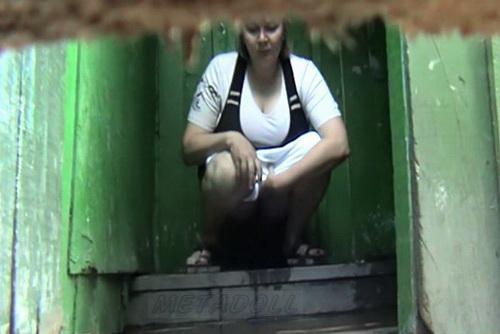 v-derevenskom-tualete-skritaya-kamera-smotret