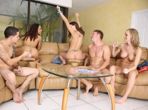 Порно играем в карты на раздевание со зрелыми дамами