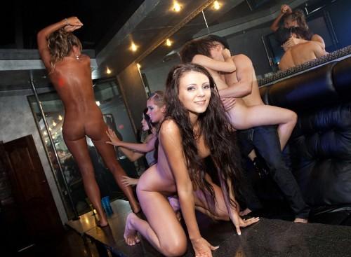 Пьяных трахают в клубе фото 303-395