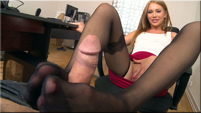 porno-video-masturbiruet-v-chulkah