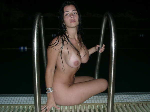 Mujer puta desnuda en la piscina