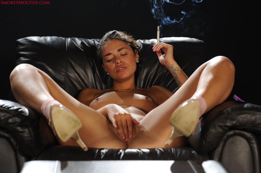Крошка курит и мастурбирует