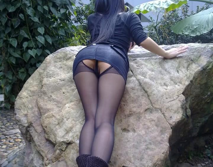 性感裝扮美眉森林公園露小褲褲
