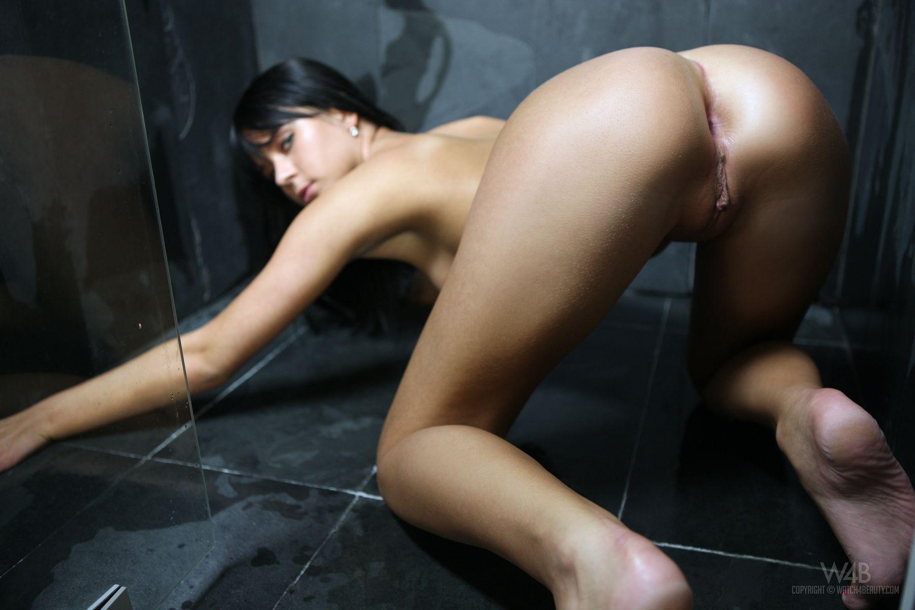 Mia Manarote muestra la vagina en la ducha