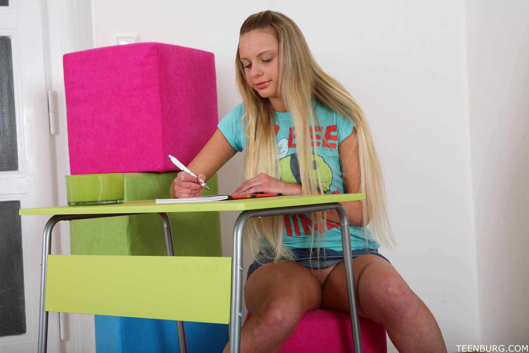 Mona hace la tarea y folla bien duro