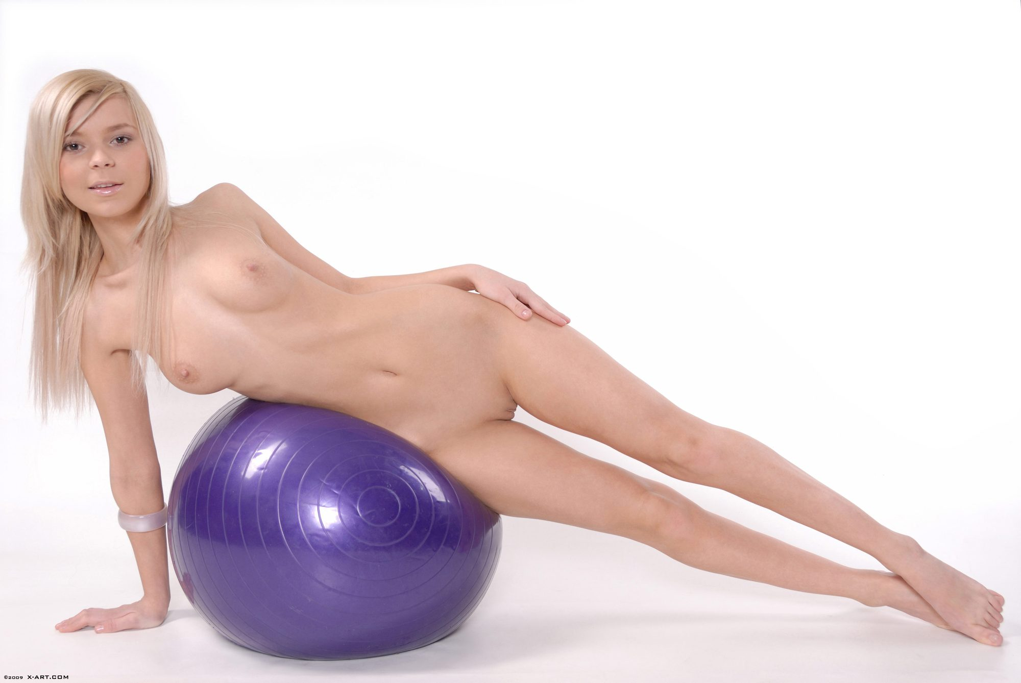 Rubia hermosa hace gimnasia desnuda